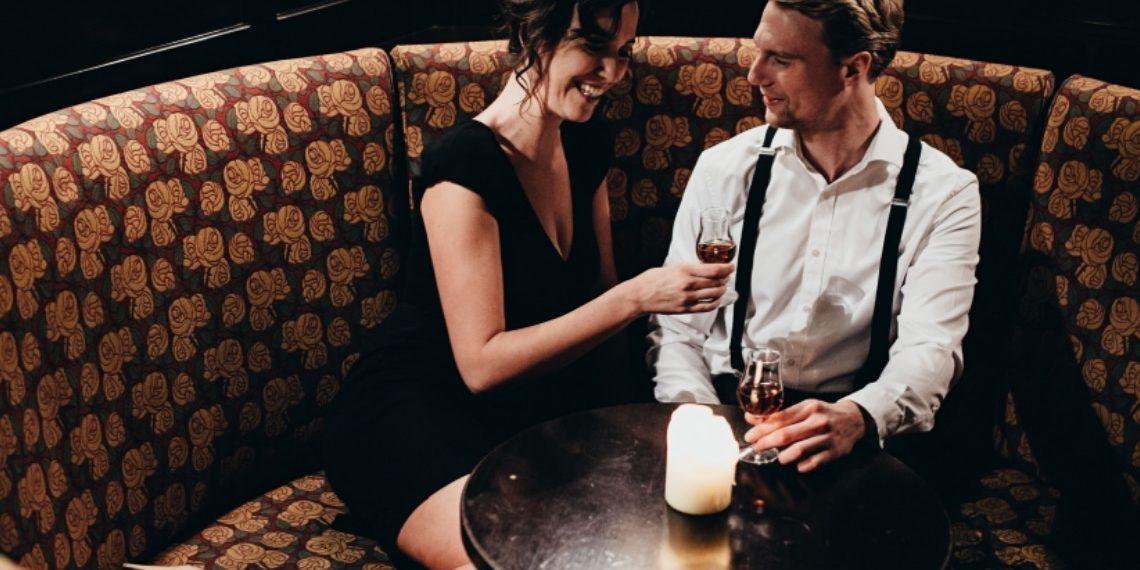 Pärchen trink Digestif in der Kowald Hotelbar auf gemütlicher Sitzbank